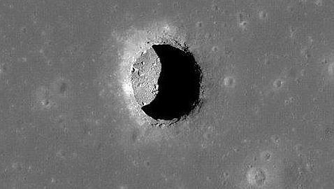 El profundo y extraño agujero vertical de la Luna