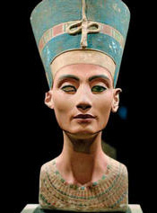 NEFERTITI SIGUE DANDO VUELTAS…